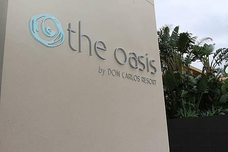 Señalización parcial del Nuevo Hotel Oasis junto Don Carlos Marbella